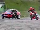 Driftspiele Moto vs. Auto mit Quertreibing und reichlich Gummiabrieb