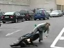 Motorroller: DSDS-Sieger Daniel Schuhmacher bremst mit den Handflächen