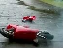 Ducati 999 springt Vollgas über ein Haus