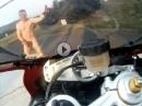 Durchgeknallt: Motorradfahrer nackt auf der Isle of Man *rofl* wenns kracht wirds blutig