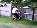 Ein Bretterzaun ist großes Mist, wenn er nicht bei Aufprall bricht - Dummbatz crasht Minibike.