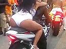 Ein relativ breiter Hintern, lässt ein relativ breites Motorradheck schmal aussehen.