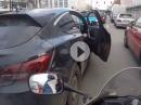 Ein Witzbold in München - mit der Autotür eingebremst - sehr lustig