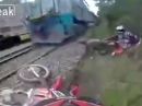"""Eisenbahn """"urplötzlich"""" aufgetaucht, Scheiße, Crash = Dummbeutel"""