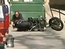 """Auch eine Harley kann einen Highsider, und einen Wheelie. Beides vorbildlich """"gestanden"""""""