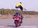 Epic! Sprung über ZWEI fahrende Motorräder von 'Al the Jumper'