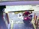 Er klemmt die Schranke, dann kommt ein Crash hinzu: doofer Rollerfahrer