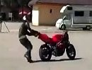 Scheisstag: Erst beim burnen aufs Maul, und dann laufts Motorrad weg