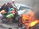 Erstehilfe am Unfallort rettet Leben: Passanten helfen sofort, Motorradfahrer überlebt.
