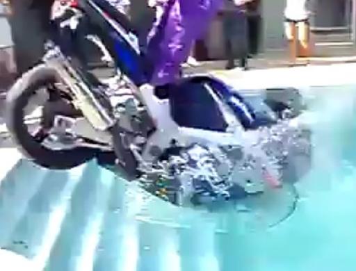 Extrem Assi: Motorrad im Pool versenkt - Top Leistung du Idiot