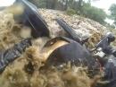 Extrem: Motorrad von Hochwasser weggerissen, Fahrer hat mega Glück