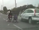 Extremst gefährlich: Frau zieht Kinderwagen hinter Motorrad her. Unglaublich aber wahr!