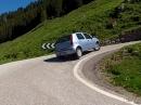 Fiat Punto auf drei Rädern durch die Kurve (Dolomiten)