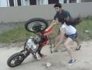Frauchen lernt Motorradfahren - Fahrstunde nach 10 Sekunden rum