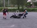 Frauchen Wheelie Crash mit Motorrad haschen ...