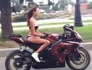 Frauen Stuntriding: Der Bikini ist aus Leder - alles save