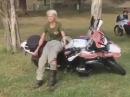 Frauenpower! Motorrad aufstellen, aber richtig!