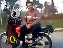 Freihändig Motorradfahren. Was macht der Typ eigentlich wenn er bremsen muss