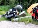 Funny Motorradsturz: Ich hab Holz geholt, wer hilft mir beim abladen?