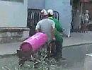 Gasflaschen Motorrad Transport in Vietnam! Das ist mal Arbeitssicherheit!