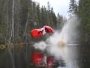 Geiler Motorrad Stunt: 40m Sprung über Waldstück mit Wasser Landung