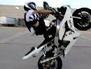 Sehr geiles Motorrad Wheelie - die Socken machen fast nochmehr her :-)