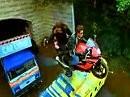Geniale Motorradstunts aus Bollywood - anschauen lohnt, wenn auch arg unwahrscheinlich