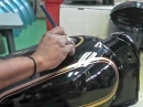 Hammer Präzision: Pinstriping im 'Akkord' bei Royal Enfield - jeder Tank ein Unikat
