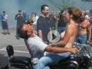 Happy Harley Burnout mit Tittenshow - Mutti zieh das T-Shirt aus, der Pappi lässt die Sau herraus!