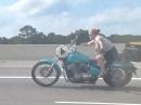 Crazy Harley Chick ... hört Despacito oder was eingeworfen?