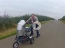 Highspeed Kinderwagen. Für Väter mit Benzin im Blut! abgedreht