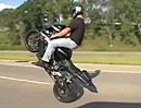 Highspeed Motorrad Tank Wheelie auf Highway Omaha Nebraska