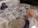 Hochwasser Crash und das Mädel hat Eier und hilft. Frauenpower