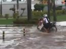 Hochwasser Motorrad Crash: Kanaldeckel weg - nimm nen Schluck braune Brühe
