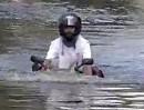 Wasserdurchfahrt, Hochwasser? Flutwelle? Egal: Amphibien Motorrad