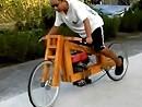 Holzmotorrad - Testlauf. An der Federung muss noch ein bisschen gearbeitet werden.