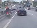Horror Crash: Auto drück Motorradfahrer auf der Autobahn in die Leitplanke