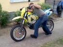 Husaberg Ausraster: Fehlt beim kicken die Geduld, ist natürlich das Motorrad schuld ...