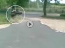 Idiot: Burnen kann er nicht, Vollgas und Bremsen auch nicht = Crash