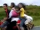 Indischer Familien - Ausflug. Das Kind wird am Kopf festgehalten
