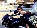 Kindermotorrad? Kleines Mädchen - 4 Jahre - fährt Motorrad