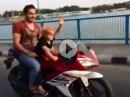 Kindermotorrad? Söhnchen lenkt, Pappa passt auf