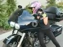 Klein aber oho! Frauenpower auf Harley - Hut ab!