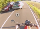 Knapp: Polizei vs. Moped: Riskantes Überholmanöver im Überholverbot