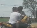 Knutschen und Motorrad fahrn, geht auch auf der Autobahn