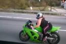 Kräftige Bikerlady - da ist das Fahrwerk nicht zu beneiden