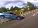 Übel: Motorrad vs. Auto - Frauchen hat Schiss, zieht die Handbremse, Totalschaden