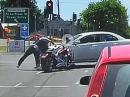 Kreuzung, Rote Ampel, Harley Crash ins Auto