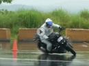 Kurven ballen, Gymkhana im Regen. Könner mit Kawasaki Z1000