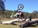 Kurz, niedrig, perfekt. Backflip mit Trial Motorrad